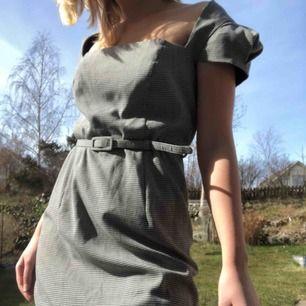Superfin klänning, tyvärr för stor för mig vilket också är anledningen till att den säljs. Fint skick, storlek 38. Pepitamönstrad.