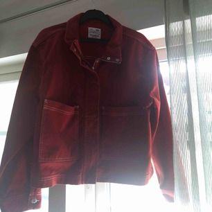 Röd jeansjacka från pull and bear. Superfint skick, hör av er för fler bilder!