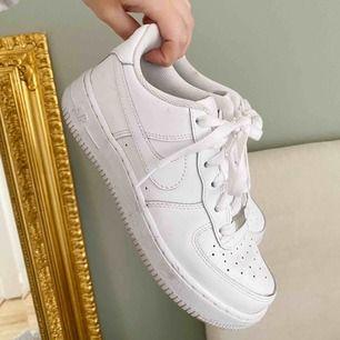 Superfina Nike Air Force, endast lite smutsiga men inga övriga slitningar. Använda max 10 gånger. Säljer då dom tyvärr är lite stora för mig. ✨