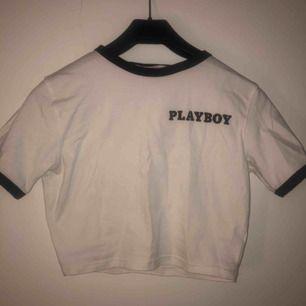 världens snyggaste croptop från playboy x missguided, storlek 42 men sjuuuuukt tight så skulle säga att den passar en XS/S. säljes pga för tight på mig! frakt inräknat i priset! 🥰