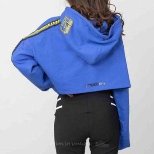 världens snyggaste blåa oversized croppade hoodie från pumafenty x rihanna, köpt på zalando 2018 och går ej att få tag på längre. passar alla storlekar! nypris 1200kr, säljer för 500 men om många är intresserade blir det budgivning. frakt står jag för! 🥰