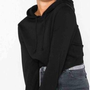 Croppad hoodie från Nelly , aldrig använd och lappen kvar! Frakt ingår i priset (: