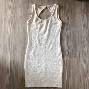 Jättefin klänning som inte kommer till användning. Finns ingen storlekslapp men tippar på S. Lovar en snabb och pålitlig affär med bildbevis! Frakten ingår i priset! 🌸
