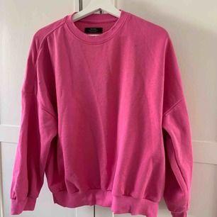 Supersnygg rosa tröja med slitningar vid kragen från Behrska. Den sitter lite oversized vilket är sjukt snyggt! 💕 Använd en del ( sparsamt ) men fortfarande väldigt gott skick