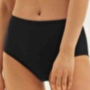 Svarta högmidjade bikinitrosor från weekday. Köpte dem här på Plick men dem är fel storlek. Jätte bra skick och jag har inte andvänt dem men personen jag köpte dem av kanske gjorde det, jag vet inte. Frakt är 10kr