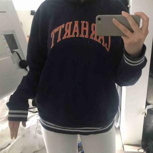 Carhartt hoodie i storlek L men passar S-L.