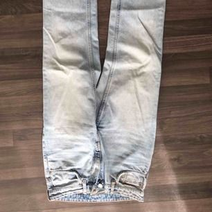 Snygga jeans från weekday i modellen voyage