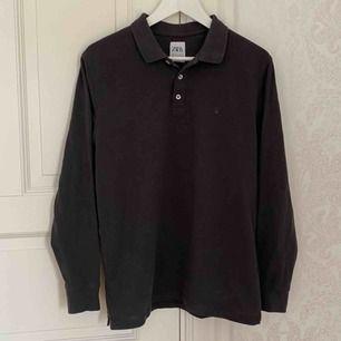 En Snygg grå piké tröja från zara i bra skick! Kontakta för fler frågor! :)