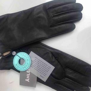 Läder handskar med touch från Åhléns. Aldrig använda. Storlek 8