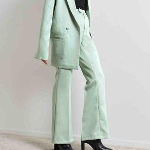 Ett par ljusgröna satin byxor från Gina! Dom är slutsålda online och kommer inte tillbaka. Har aldrig använt dom så byxorna är i nyskick🤩