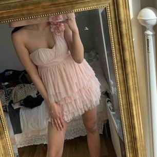 fin one shoulder klänning
