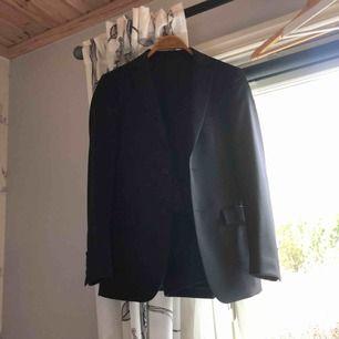 Fin dressmann kostym som jag använt 2 gånger Kavaj storlek 44 Byxor storlek 28-32 Är medium vanligtvis och kostym sitter som small Gratis frakt