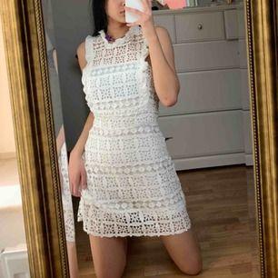 Oanvänd vit klänning