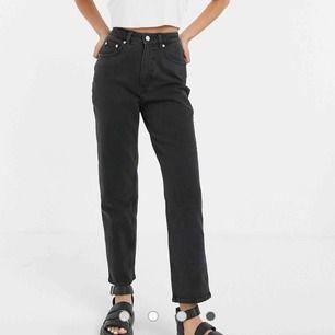 Ett par mom jeans i urtvättad svart, ifrån cheap monday använda 2 gånger, lite för stora men funkar med skärp. Original pris är 760kr, säljer för 150kr + frakt