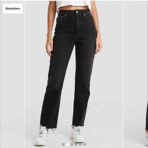 Svarta raka jeans från nakd i bra skick! 😜 Storlek 34 men passar även 36. Sitter snyggt och passar till allt🥰 Det är bara att fråga för fler bilder👍🏼 köparen står för frakt