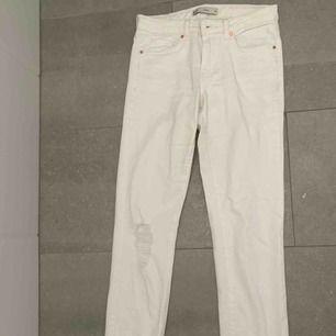 Vita jeans från Gina! Hyfsat lågmidjade och kommer där av inte till användning. Aldrig använt. Frakt tillkommer.
