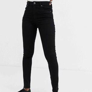 Ett par svarta skinny jeans högmidjade ifrån cheap monday, aldrig använda pga lite för små för mig. Original pris: 760kr. Säljer 150kr + frakt
