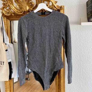 🖤Glittrig body från H&M🖤 öppen rygg och superfin att klä ner med ett par jeans eller klä upp med en svart kostymbyxa!