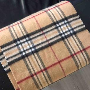 Tyvärr så får jag sälja min snygga halsduk från Don Donna. Kände att den var inte min stil så får tyvärr sälja den, frakten ligger på 20kr