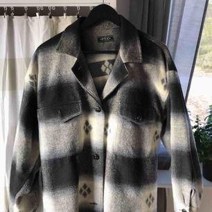 Jättesnygg skjortjacka köpt second hand! Säljer pga att den används för lite :( jackan är cirka 85cm lång och passar både medium och large 💓 spårbar frakt är inräknat i priset