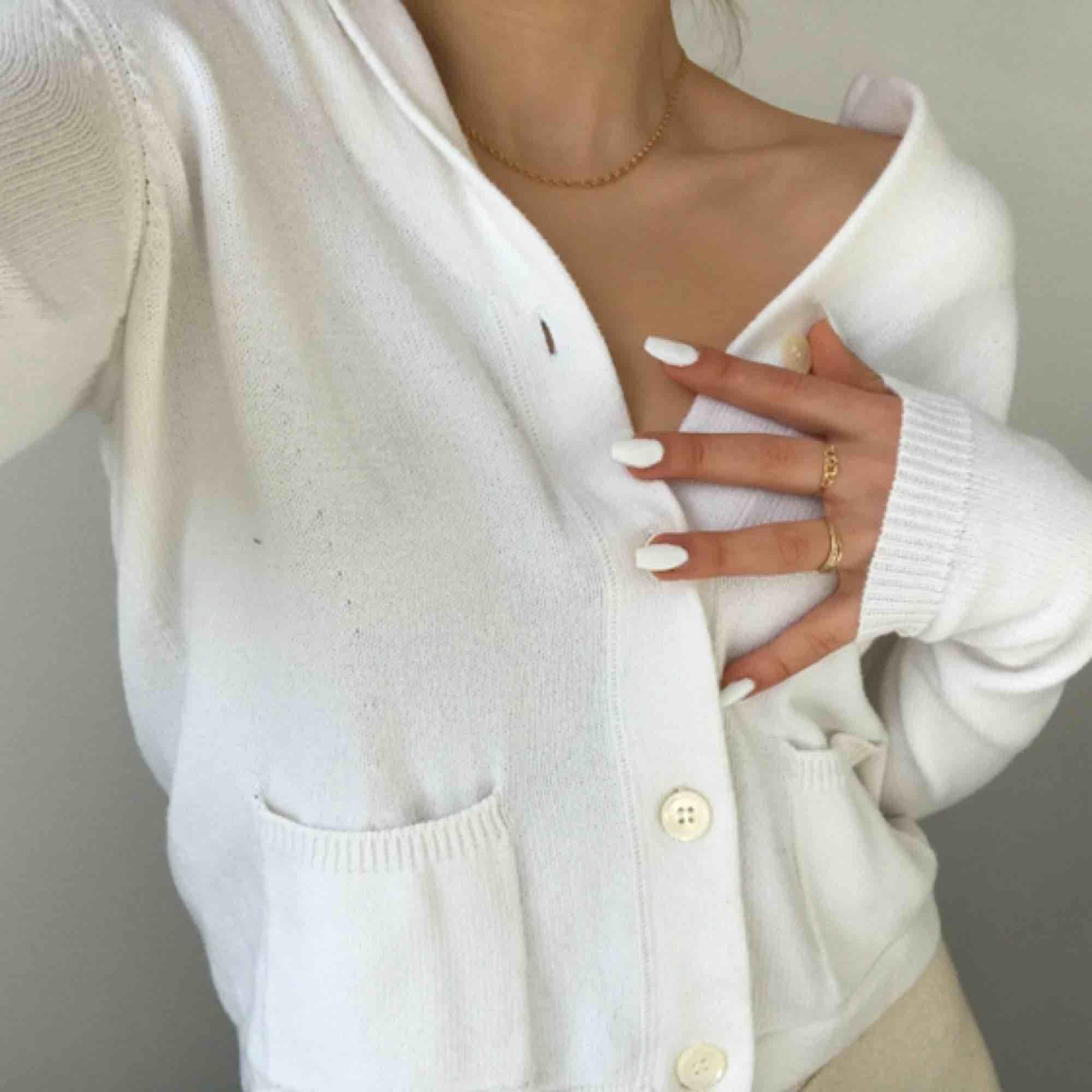 Sjukt fin stickad tröja i vitt! Fint skick. Storlek står inte men skulle säga att det är en S, jag är en S och såhär sitter den på mig. Passar säkert en Xs och M också beroende på hur en vill ha den. Möts på söder annars står köpare för frakt på 42 kr🌼🦋. Stickat.