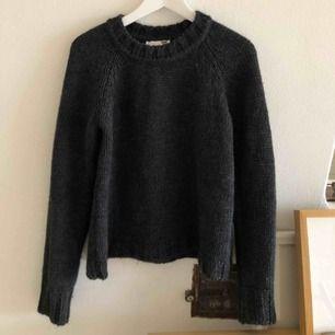 Jättefin gråmelerad stickad tröja från Anine Bing i toppskick! Sticks lite och då jag är superkänslig går det tyvärr inte... Köpte den för en del år sedan och har sparat den i hopp om att det ska kännas bättre.   60kr frakt men kan också mötas i gbg