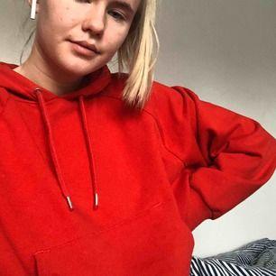 Röd hoddie från monki❤️ skriv för fler bilder på tröjan!!