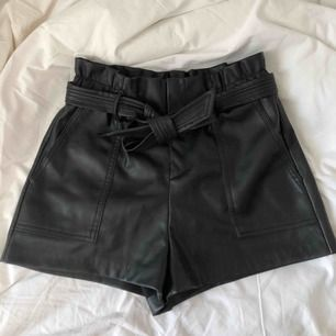 Shorts i läder från Zara! Sparsamt använda