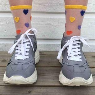 Reflektiva Steve Madden sneakers strl 38 i bra skick! Köpta i London förra året, säljs pga att dem inte används tillräckligt. Pris: 600kr + frakt