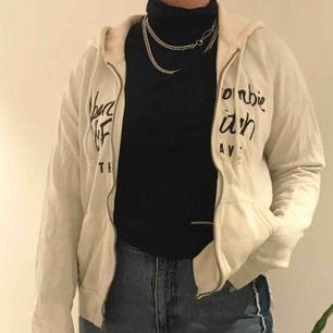 Säljer min älskade Abercrombie & Fitch zip hoodie jag köpte i Köpenhamn typ 2017... Väl använd men trots det i bra skick förutom några små fläckar som syns på sista bilden. Dessa syns inte på håll (bild 1,2) Nypris ca 1038SEK