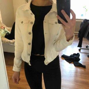Vit jeansjacka från Pull&Bear 💓 Storlek M men den sitter mer som en XS/S. Inköpt sommaren 2019, använd ett fåtal gånger, köpare står för frakt, kan mötas upp i Mariestad, köpt är köpt! Betalning sker via swish, alternativt kontant om vi möts upp.