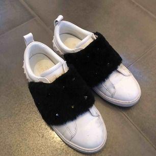 Jättesnygga valentino rockstud sneakers med fuskpäls! Dom är i jättefint skick och supersköna på! Nypris: 5400
