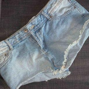 Superfina låg midjade shorts, perfekta inför sommaren!😊 aldrig använda då jag föredrar högmidjat. Kan mötas upp i Gbg eller lämna i brevlåda (annars tillkommer frakt)🌷