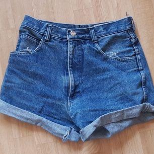 Ett par fina shorts i storlek S. Gott skick och bra passform alla kroppar. Lite långa men går att kavla upp som ni ser på bilden.