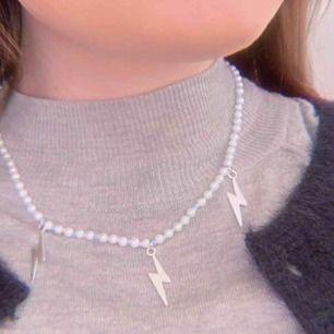 Detta halsband med vita och mindre blåa pärlor, med silvriga blixtrar är nu till salu!! De kostar 99kr + frakt på 11kr Hör av dig om du är intresserad 💖💕🌸