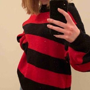 """(smutsig spegel)Skitcool svart/röd randig stickad(ish) tröja från Carlings! Köptes för ca 300kr. Storleken är S men den är från killavdelningen så den är något """"oversize"""" för mig som är vanligtvis xs"""