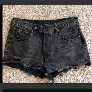 Säljer mina Levi's shorts. Använd 1 gång. Svart gråa med mellanhög midja. Små i storleken.