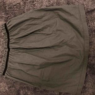 Jättefin mini kjol från Tuss. Väldigt bra skick. Passar storlek 32 alltså XXS. Skriv för bilder m.m vid intresse. Du står för frakten.