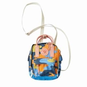 Säljer min Acne x Fjällräven väska då den inte kommer till användning längre,Tänkte 850 kr med frakt! Original priset låg på 1300kr.
