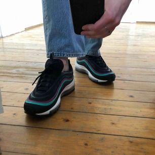 Ett par Nike Air Max 97 som jag gärna behållit om de inte var för små. Köpta för ca 1800 kr, knappt använda så riktigt fint skick. Små i storleken så känns mer som 37,5 än 38,5. Frakt tillkommer. Skriv för fler bilder eller om du har frågor 😇