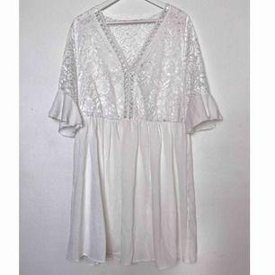 Väldigt fin klänning i storlek XXL! Bra skick. Köparen står för frakten men kan även mötas upp i Uppsala, Knivsta eller Sigtuna. Tveka inte att fråga mig om något! 😁