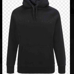 Söker denna peak hoodie i svart (som på Bild), endast i dam modell och inte Tex från kidsbarndstore
