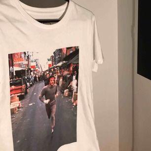 Snygg t-shirt från dedicated, köpt för 350 men aldrig använts.