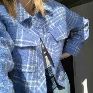 Jätte snygg ljusblå jacka ifrån Monki! Perfekt till våren och sommaren☺️
