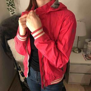 Rosa vindjacka med luva och fickor Använd men i mycket fint skick Vattentät Perfekt för varmare väder
