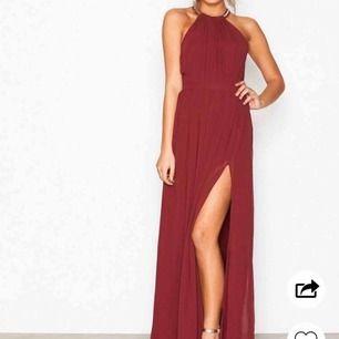 Här är en fin lång klänning som kan tänkas användas på lite finare tillfällen. Storlek 34. Denna vinröda klänning är använd endast 1 gång som balklänning och är därför i bra skick. Köptes ursprungligen på Nelly.com maj 2019. Nypris: 900kr