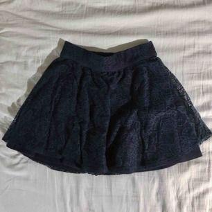 Kort spets kjol från Hollister. Mörkblå. OBS, väldigt liten i storlek! (Frakt tillkommer om den ska skickas)