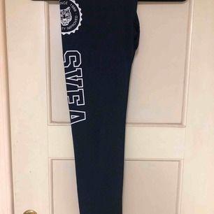 Passar S/M, nästan aldrig använda då de är för långa för mig, jag är ca 160 cm lång. De är mörkblå💗