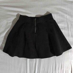 Kort svart kjol från H&M. Dragkedja i ryggen. (Frakt tillkommer om den ska skickas)