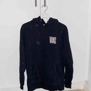 svart vans hoodie i ganska bra skick, lite urtvättad, köptes för 700kr ungefär ett år sedan